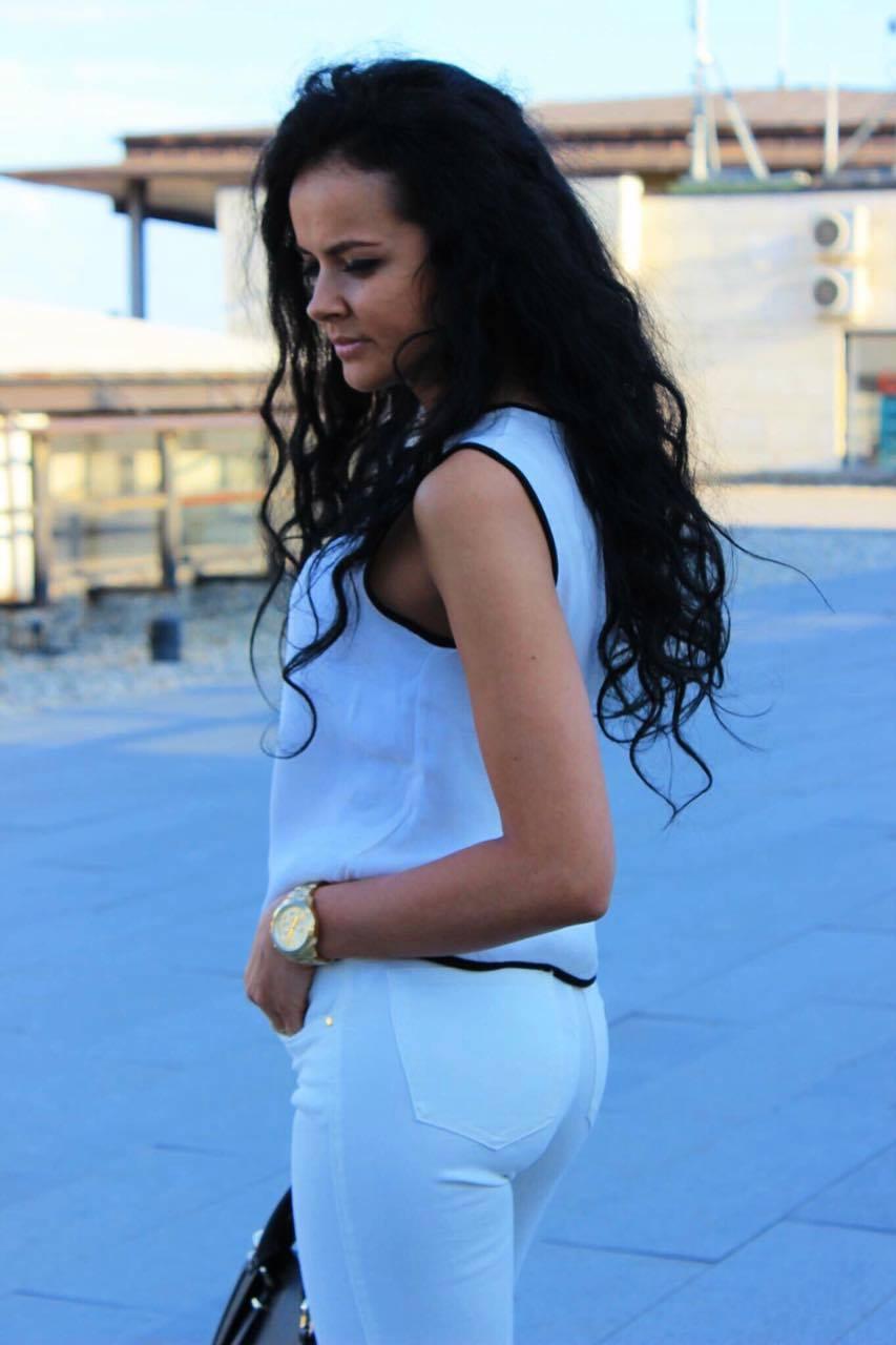 Cum purtăm jeanşii albi | Ținuta alb –negru